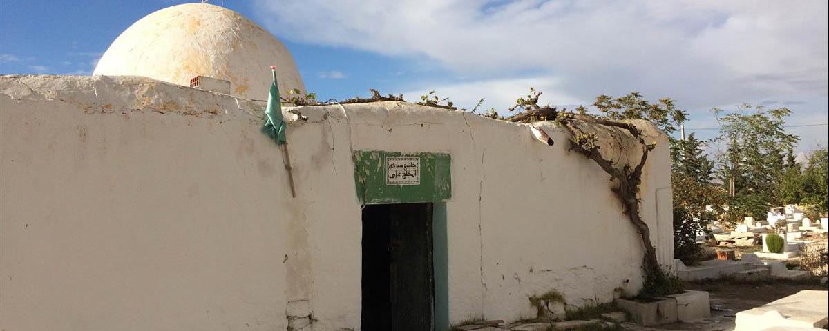 حفاظ القرءان وأصحاب القراءات ومنهم ابن الجزري على جواز الدعاء عند قبور الصالحين