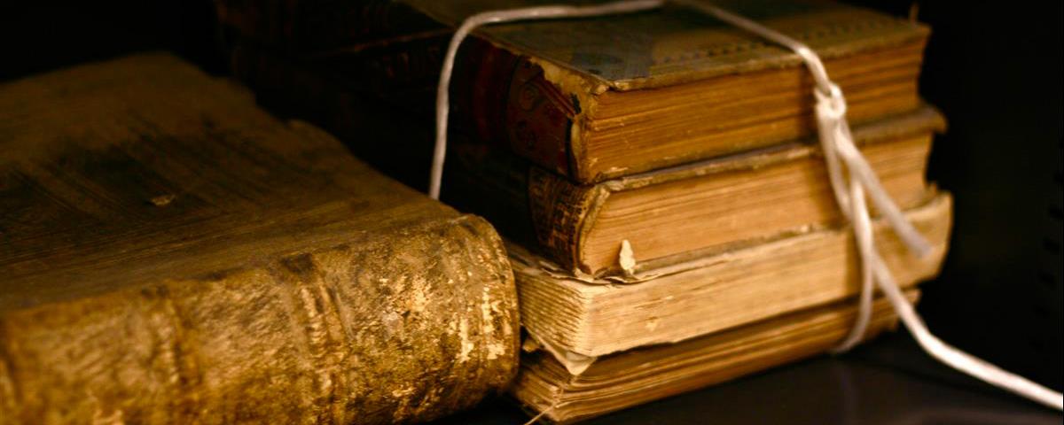 منِ البدعِ السيئةِ التي هي مُخالفةٌ للشريعة ما اشتهرَ بينَ الناسِ مُنذُ نحوِ مائةٍ أو مائتين سنة وهو كتابةُ المؤلفينَ والناشرينَ على الكُتُبِ حقوقُ الطبعِ محفوظة