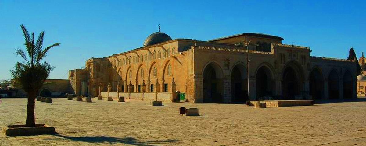 قال فقهاء الإسلام يستحب الدفن في مقبرة كان دفن فيها صالحون