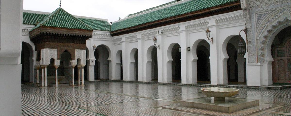 ما حكم دخول المسجد بالنعل والحذاء؟