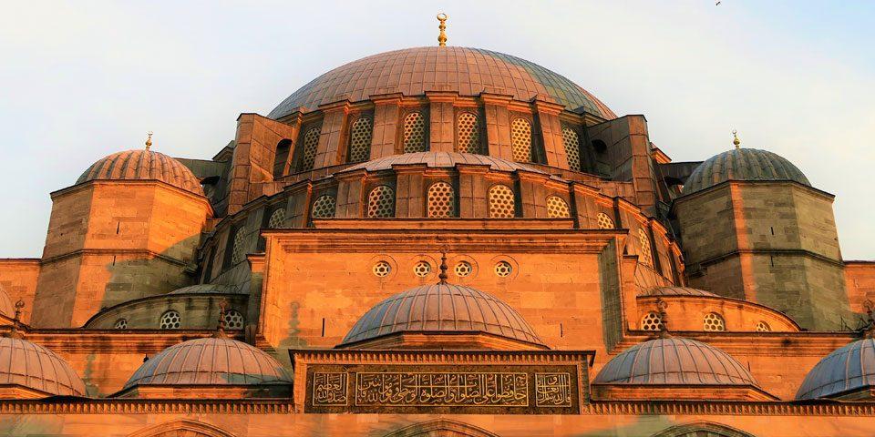 حُكمُ مَسَبَّةِ المسلمِ ومتى يجوزُ الردُّ بالمِثلِ معَ بيانِ ما هوَ الأفضلُ